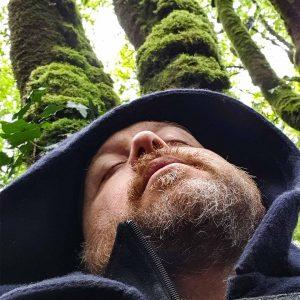 sous les chênes, le Barde médite et écoute le Dagda