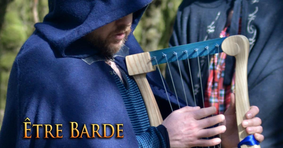 On voit le barde Taliesin habillé de bleu, jouant de la lyre en cours de cérémonie. Il pratique une forme de bardisme moderne.