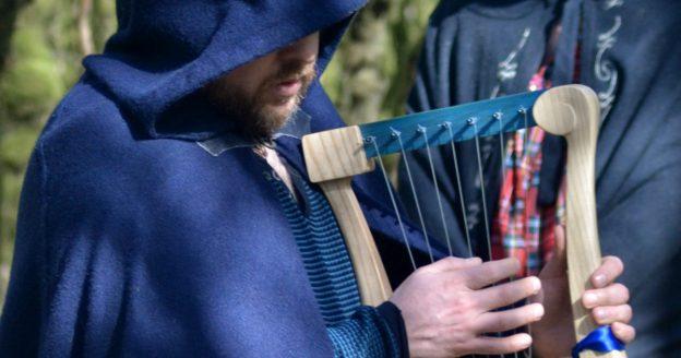 Il y a le barde taliesin de l'ODD qui joue de la lyre au cours d'une cérémonie.