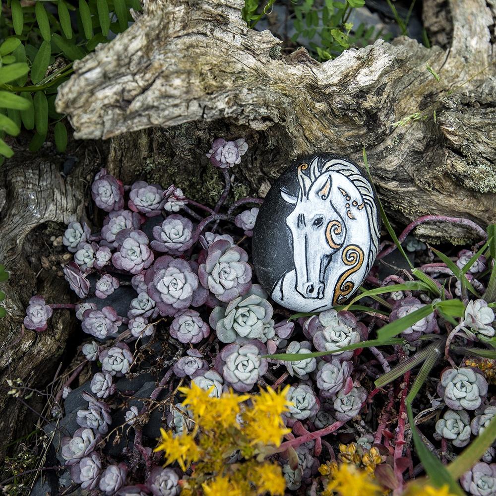 honneur aux divinités via la pierre peinte