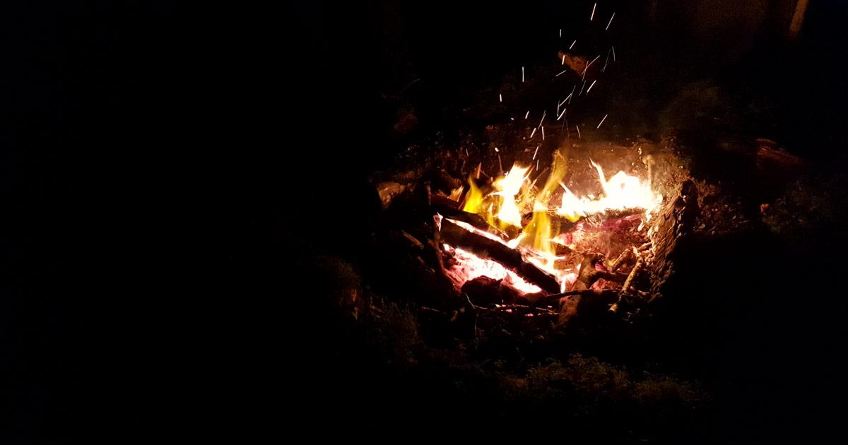 ON voit un feu de solstice d'hiver brûlant dans la nuit