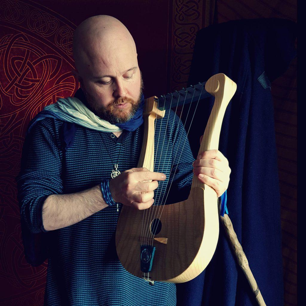 Le Barde Taliesin jouant de la lyre. Le sacerdoce dans le druidisme passe par le bardisme.
