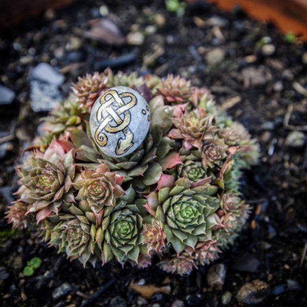 Honneurs aux divinités en peignant sur des pierres comme cette pierre ronde avec un serpent peint dessus