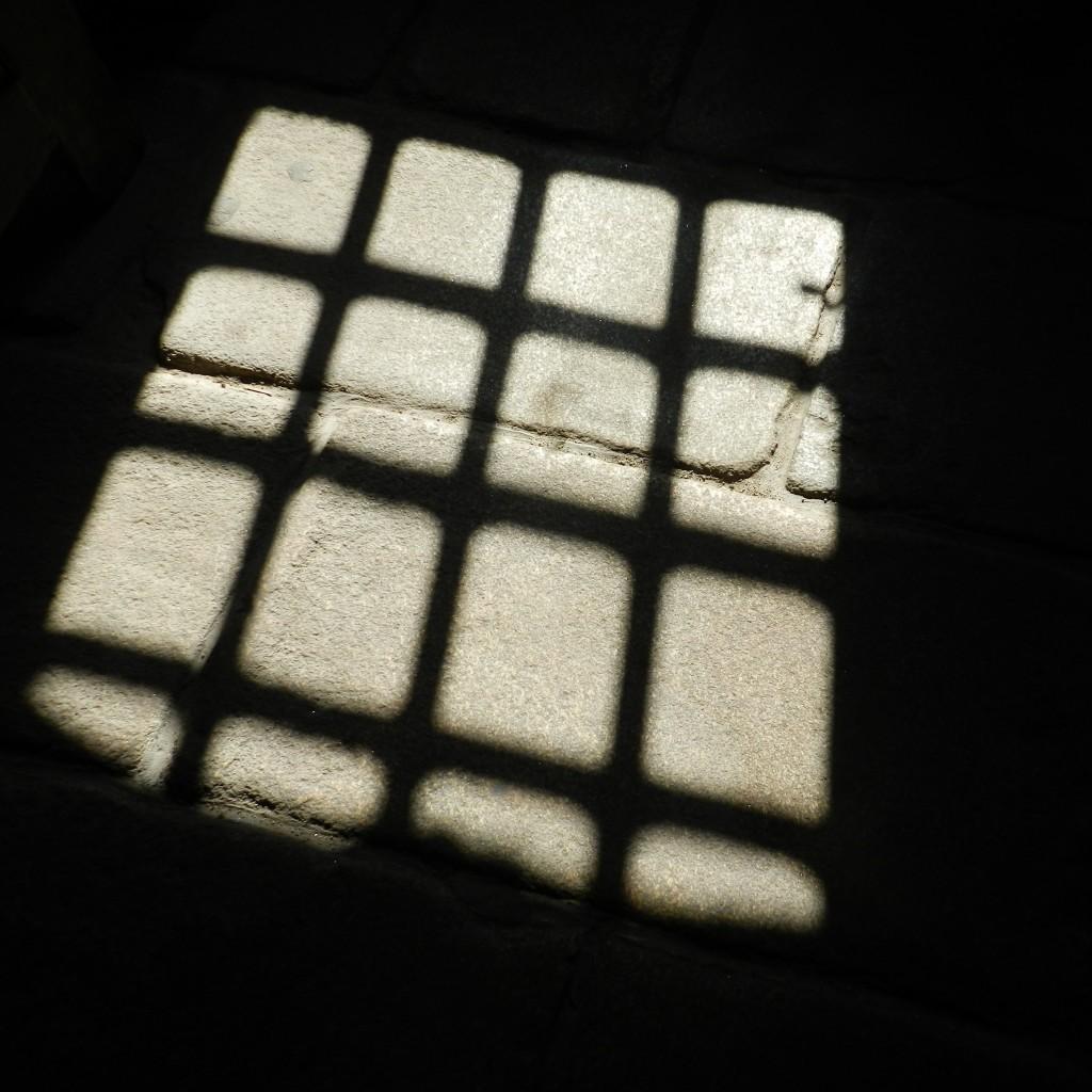 Poème bardique devant l'ombre d'unefenêtre