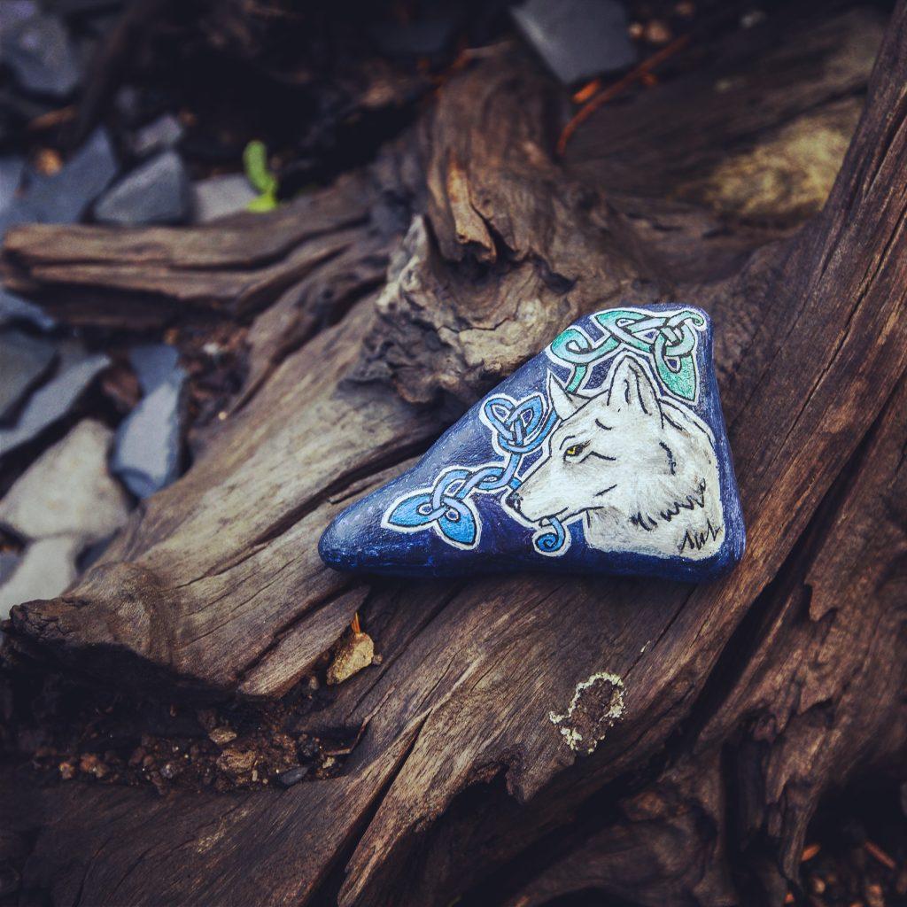 Le loup blanc peint sur une pierre