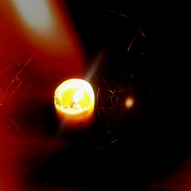somonios à travers la nuit sous la lumière d'une bougie