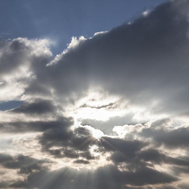 Belenos rayonne dans le ciel et dessine une gloire entre les nuages